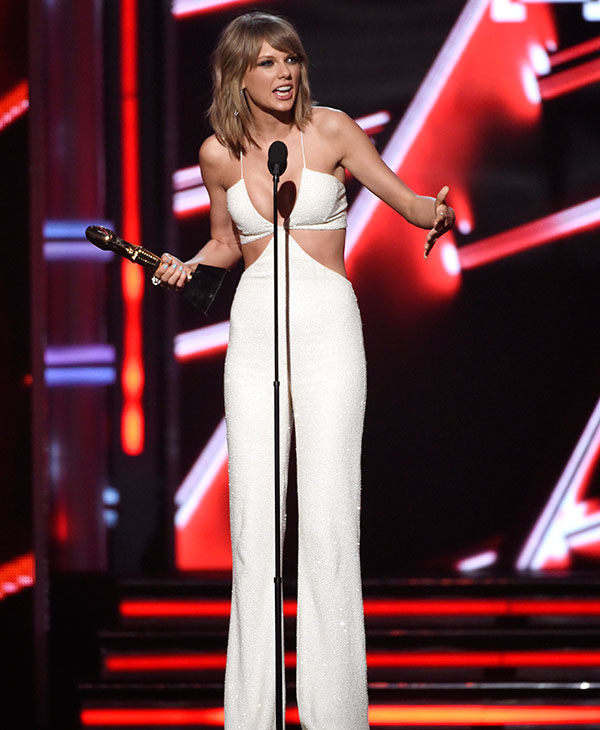 "<div class=""meta image-caption""><div class=""origin-logo origin-image ap""><span>AP</span></div><span class=""caption-text"">Taylor Swift accepts the award for top billboard 200 album for ""1989"" at the Billboard Music Awards at the MGM Grand Garden Arena on Sunday, May 17, 2015, in Las Vegas. (AP)</span></div>"