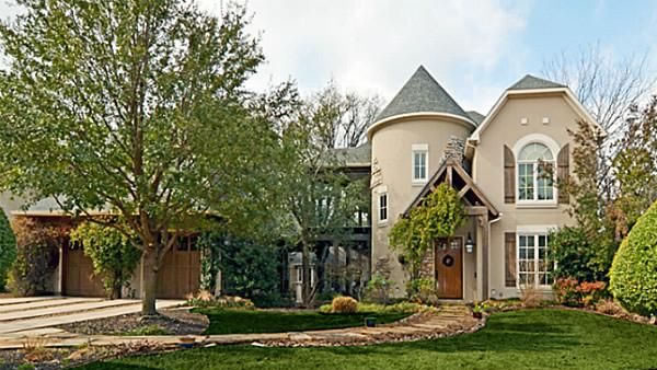 This Dallas, Texas home has five bedrooms, six bathrooms and is listed as &#36;999,000. <span class=meta>(Linda Jordan Hobbs)</span>