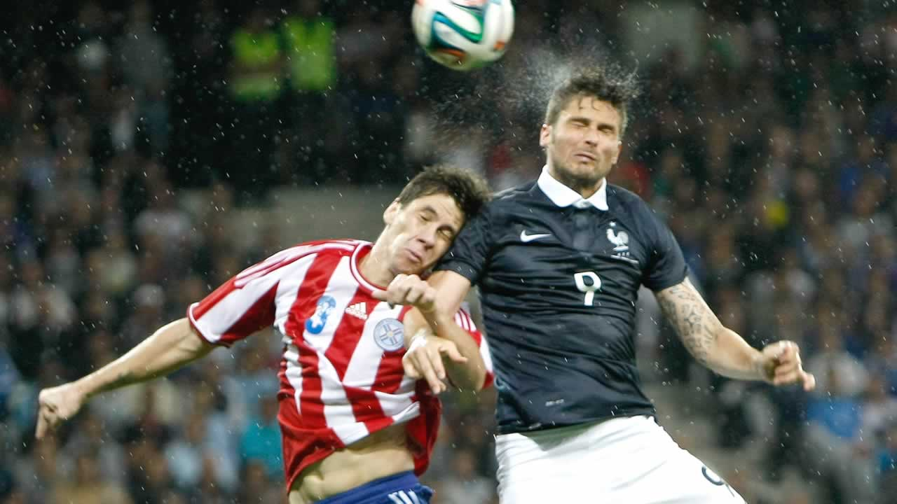 French soccer team forward Olivier Giroud, right, Paraguayan soccer team defender Danilo Fabian Ortiz Soto,  during the friendly soccer match between France and Paraguay on June 1. <span class=meta>(AP Photo&#47;Claude Paris)</span>
