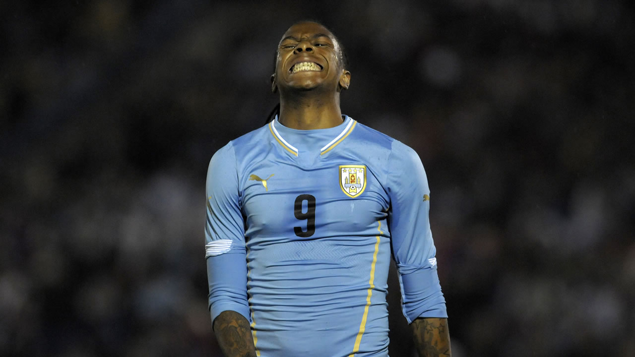 Uruguay&#39;s Abel Hernandez gestures after missing a chance to score against Northern Ireland at a friendly soccer match in Montevideo, Uruguay, Friday, May 30, 2014. <span class=meta>(AP Photo&#47;Matilde Campodonico)</span>