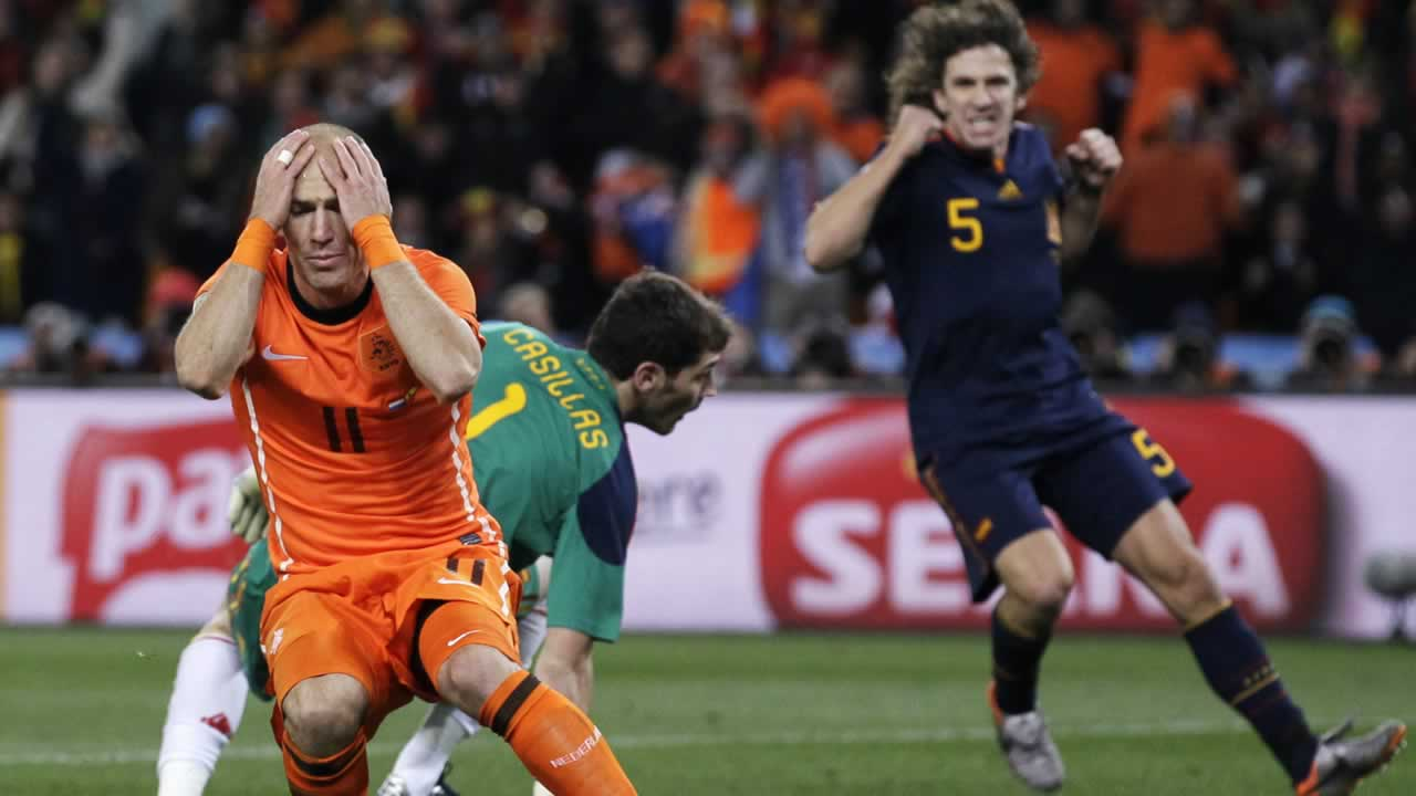 Netherlands&#39; Arjen Robben, left, reacts after failing to score a goal past Spain goalkeeper Iker Casillas, back left, during the World Cup final soccer match. <span class=meta>(AP Photo&#47;Ivan Sekretarev)</span>