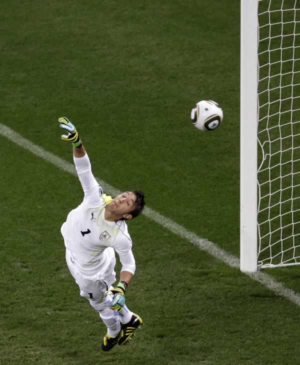 "<div class=""meta ""><span class=""caption-text "">Uruguay goalkeeper Fernando Muslera fails to block a ball by Netherlands' Giovanni van Bronckhorst during the World Cup semifinal soccer match between Uruguay and the Netherlands. (AP Photo/Michael Sohn)</span></div>"