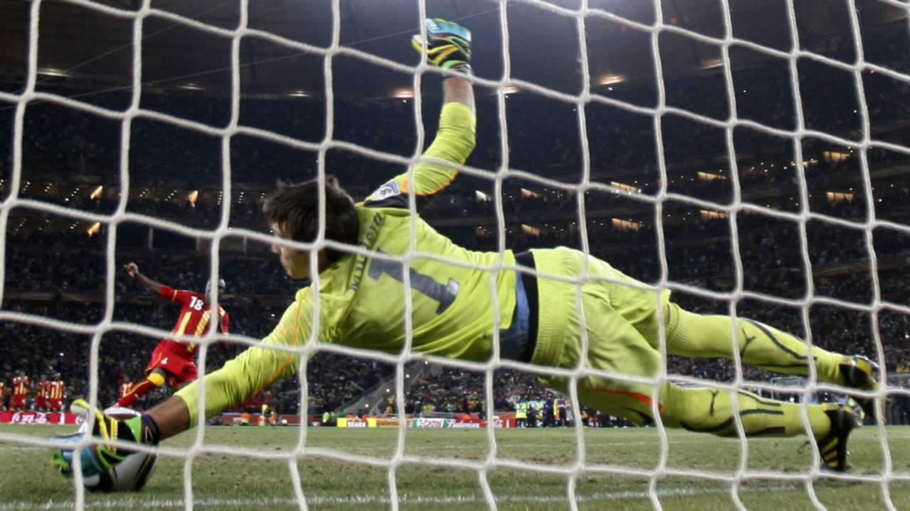 Ghana&#39;s Dominic Adiyiah fails to score on a shootout penalty past Uruguay goalkeeper Fernando Muslera during the World Cup quarterfinal soccer match between Uruguay and Ghana. <span class=meta>(AP Photo&#47;Luca Bruno)</span>