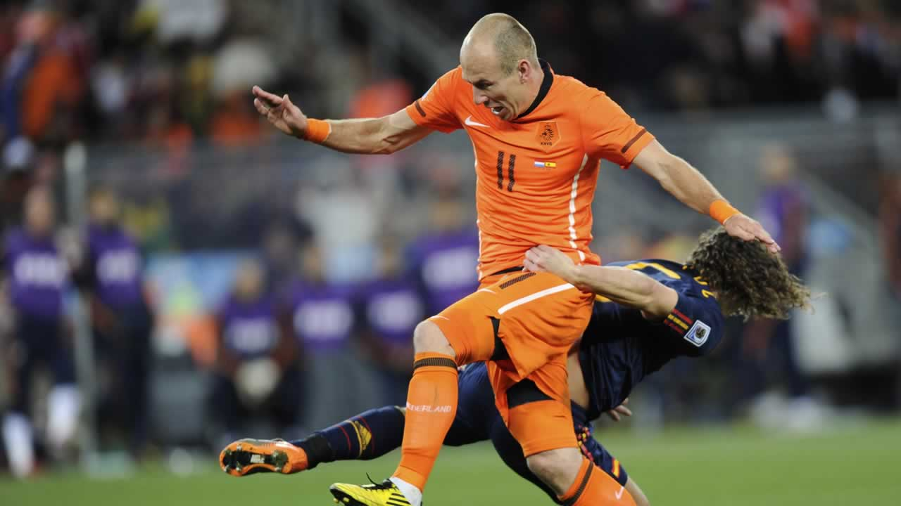 Spain&#39;s Carles Puyol, right, grabs hold of Netherlands&#39; Arjen Robben, left, during the World Cup final soccer match between the Netherlands and Spain <span class=meta>(AP Photo&#47;Daniel Ochoa de Olza)</span>