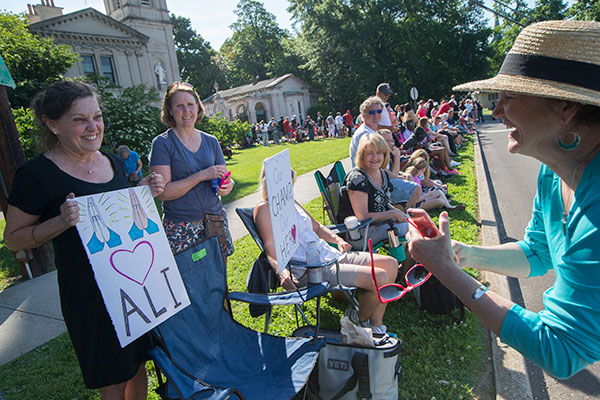 "<div class=""meta image-caption""><div class=""origin-logo origin-image none""><span>none</span></div><span class=""caption-text"">Cathy Gutgsell, left, holds a sign as she is photographed while spectators wait for the arrival of Muhammad Ali's funeral procession to enter Cave Hill Cemetery. (John Minchillo/AP Photo)</span></div>"