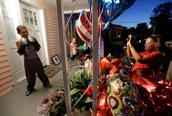 "<div class=""meta image-caption""><div class=""origin-logo origin-image none""><span>none</span></div><span class=""caption-text"">Elaine Douglas, right, photographs her grandson, Malachi Chism, 10, on the porch of Muhammad Ali's boyhood home in Louisville on Thursday, June 9, 2016. (Mark Humphrey/AP Photo)</span></div>"