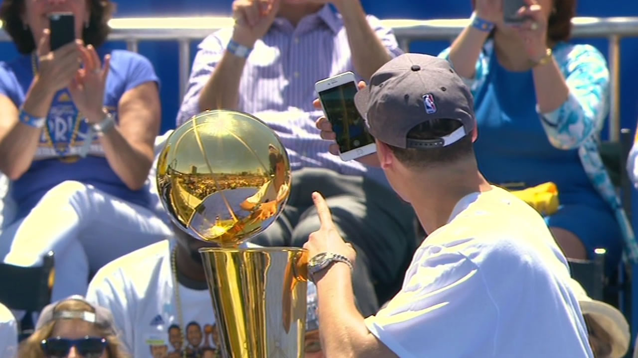 "<div class=""meta image-caption""><div class=""origin-logo origin-image none""><span>none</span></div><span class=""caption-text"">Warriors' Splash Brother Klay Thompson takes a selfie with the NBA championship trophy during a rally outside Oakland's Kaiser Convention Center on Friday, June 19, 2015. (KGO-TV)</span></div>"