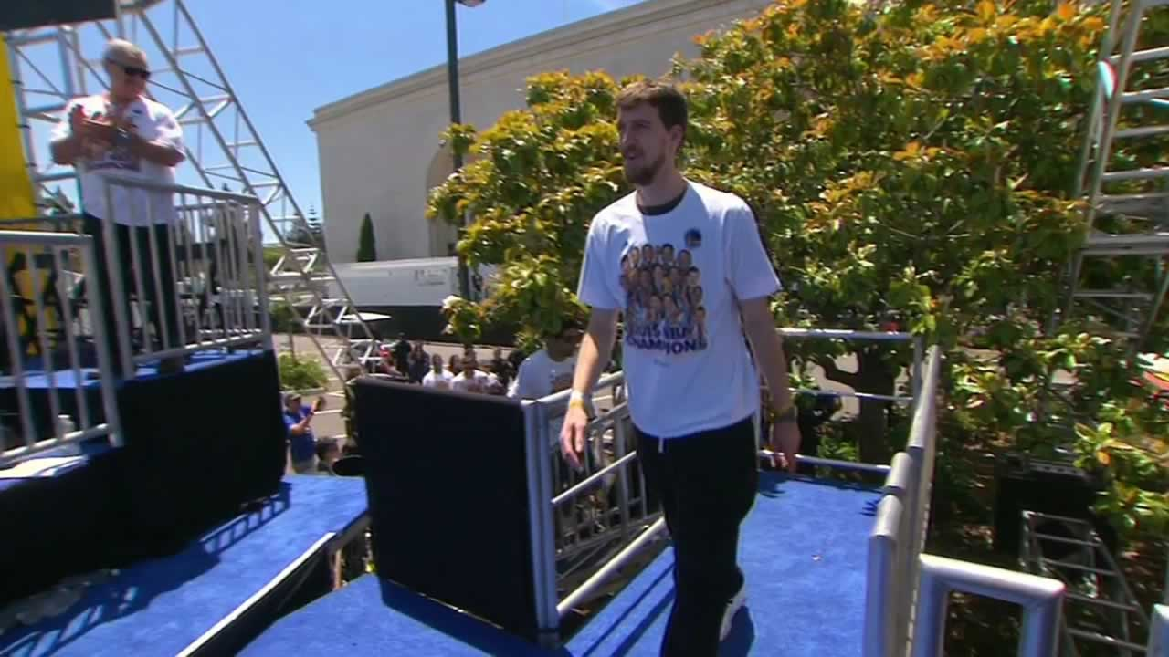 "<div class=""meta image-caption""><div class=""origin-logo origin-image none""><span>none</span></div><span class=""caption-text"">Warriors' David Lee steps onstage at the rally honoring the NBA champions at Oakland's Kaiser Convention Center on Friday, June 19, 2015. (KGO-TV )</span></div>"