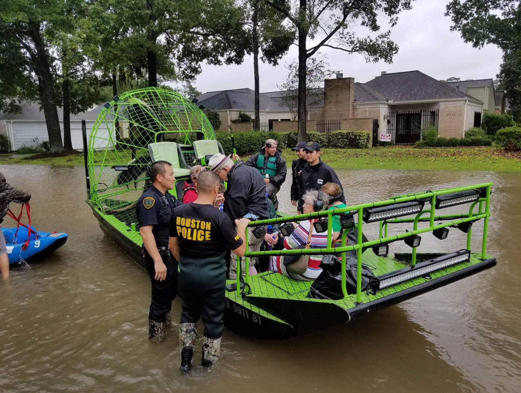 "<div class=""meta image-caption""><div class=""origin-logo origin-image none""><span>none</span></div><span class=""caption-text"">The Houston Police rescue a group stranded by the flood. (houstonpolice/Twitter)</span></div>"