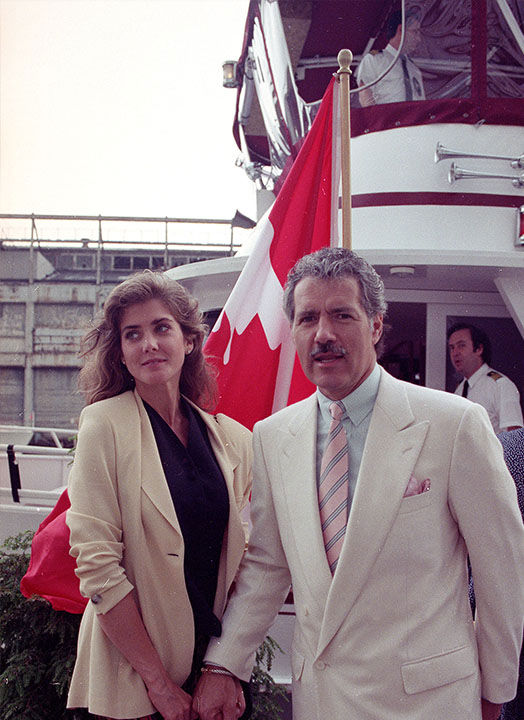 """<div class=""""meta image-caption""""><div class=""""origin-logo origin-image """"><span></span></div><span class=""""caption-text"""">Trebek with his wife Jean Currivan in New York in 1990. (Ed Bailey / AP)</span></div>"""