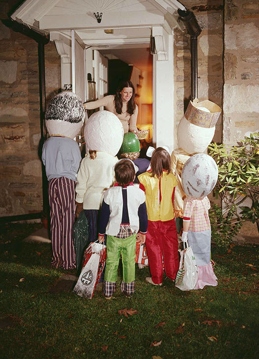 "<div class=""meta image-caption""><div class=""origin-logo origin-image none""><span>none</span></div><span class=""caption-text"">Children wearing Halloween costumes stand in front of a woman's door, trick-or-treating, circa 1975.  (Lambert/Getty )</span></div>"