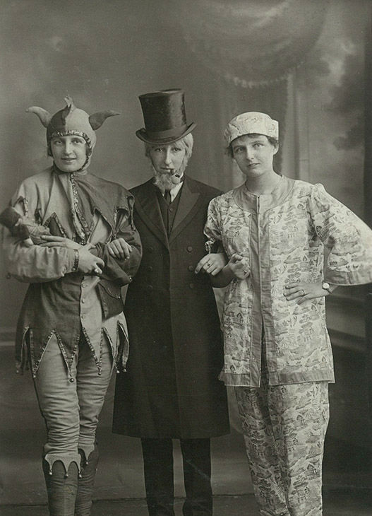 "<div class=""meta image-caption""><div class=""origin-logo origin-image none""><span>none</span></div><span class=""caption-text"">Portrait of theatre perfomers dressed up, circa 1900s. (PYMCA/UIG via Getty )</span></div>"