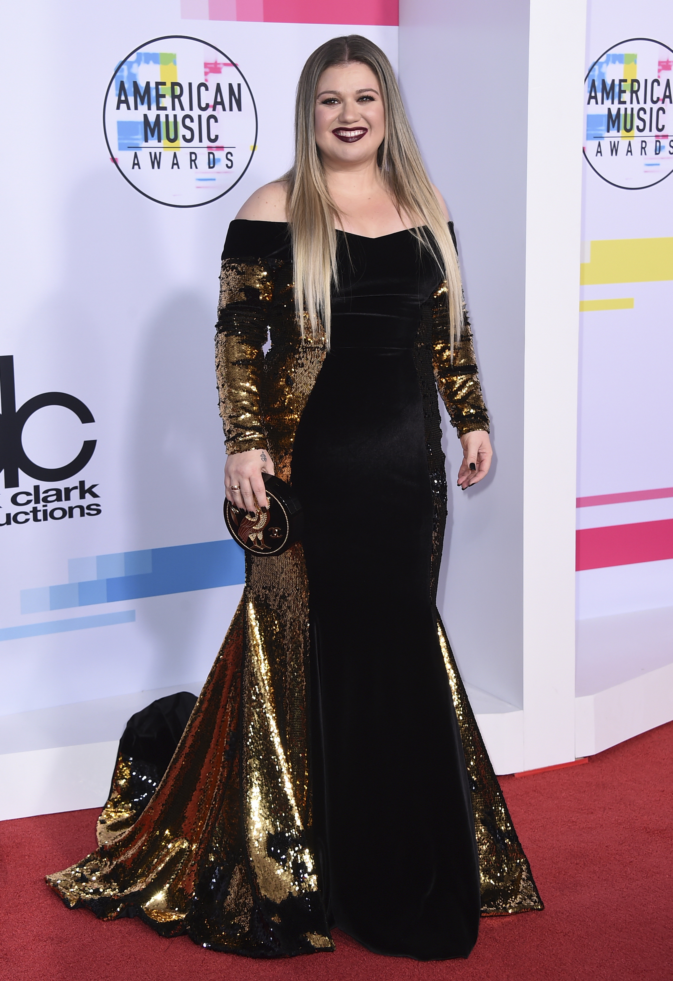 <div class='meta'><div class='origin-logo' data-origin='none'></div><span class='caption-text' data-credit='Jordan Strauss/Invision/AP'>Kelly Clarkson arrives at the American Music Awards at the Microsoft Theater on Sunday, Nov. 19, 2017, in Los Angeles.</span></div>