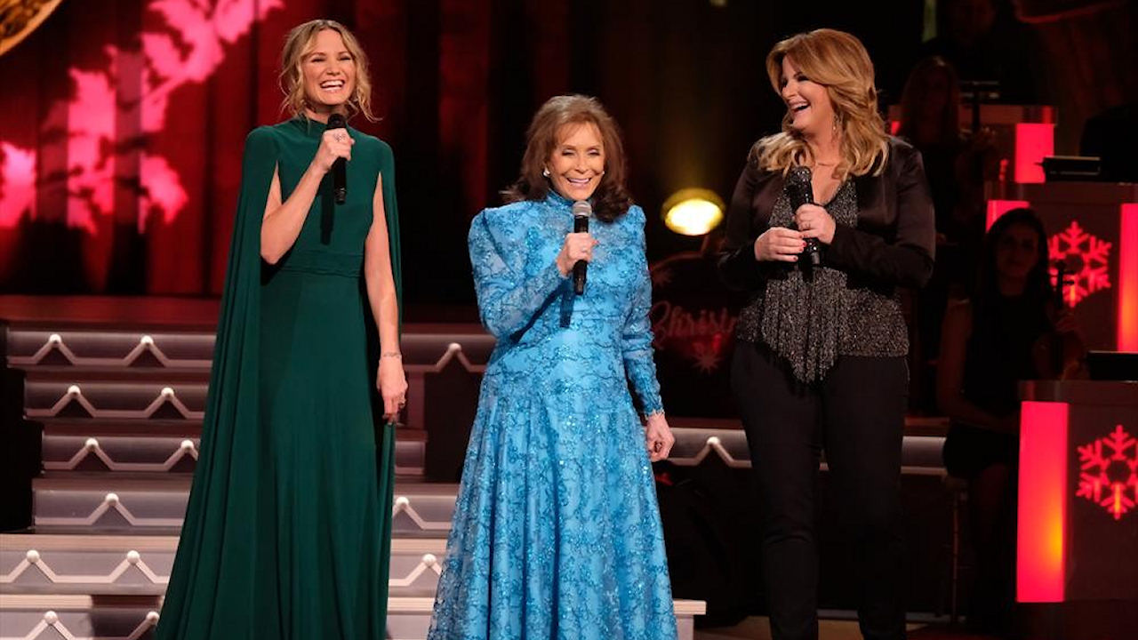 Jennifer Nettles talks about hosting 'CMA Country Christmas' on ...