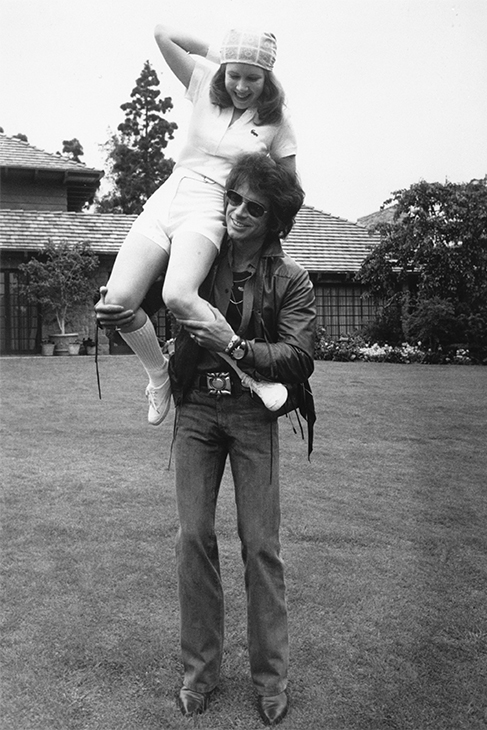 "<div class=""meta image-caption""><div class=""origin-logo origin-image none""><span>none</span></div><span class=""caption-text"">Warren Beatty and Carrie Fisher, 17, relax during filming of the 'Shampoo' (1975). (Getty Images)</span></div>"