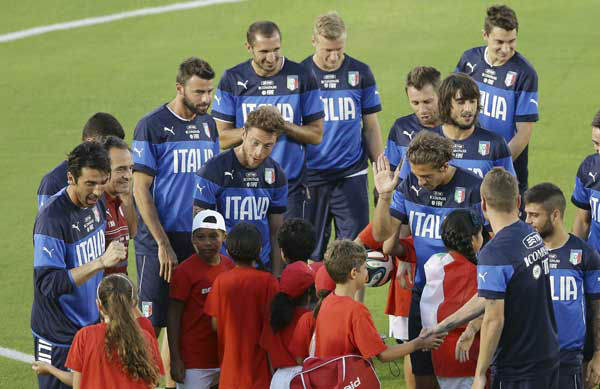Members of the Italian national soccer team meet children prior a training session in Natal, Brazil <span class=meta>(AP Photo&#47; Antonio Calanni)</span>