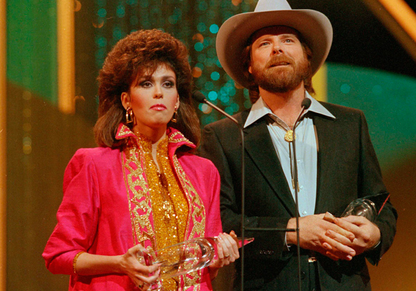 "<div class=""meta image-caption""><div class=""origin-logo origin-image ap""><span>AP</span></div><span class=""caption-text"">Dan Seals accepts the vocal duo of the year award with Marie Osmond during the CMA awards show in Nashville, Tenn., Oct. 14, 1986. Seals also won the award for single of the year (Mark Humphrey/AP Photo)</span></div>"
