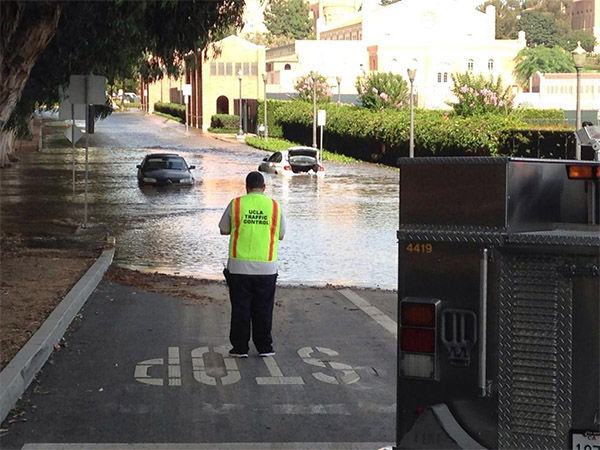 UCLA campus flooded. <span class=meta>(KHOLMESlive &#47; Twitter)</span>