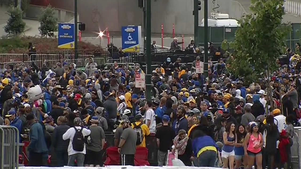 "<div class=""meta image-caption""><div class=""origin-logo origin-image none""><span>none</span></div><span class=""caption-text"">Hundreds gathered early in Oakland for the Golden State Warriors parade on Friday, June 19, 2015. (KGO) </span></div>"