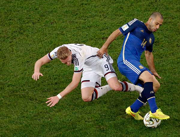 Germany&#39;s Andre Schuerrle, left, and Argentina&#39;s Javier Mascherano vie for the ball during the World Cup final soccer match between Germany and Argentina at the Maracana Stadium. <span class=meta>(Fabrizio Bensch)</span>