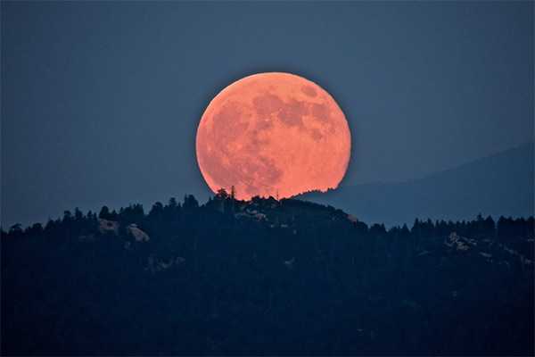 """<div class=""""meta image-caption""""><div class=""""origin-logo origin-image """"><span></span></div><span class=""""caption-text"""">ABC7 viewer Nancy Snow posted this picture on the ABC7 Facebook page of the 'supermoon' seen from Rim of the World Highway, near Lake Arrowhead, Calif, Sunday, Aug. 10, 2014.  (Nancy Snow)</span></div>"""
