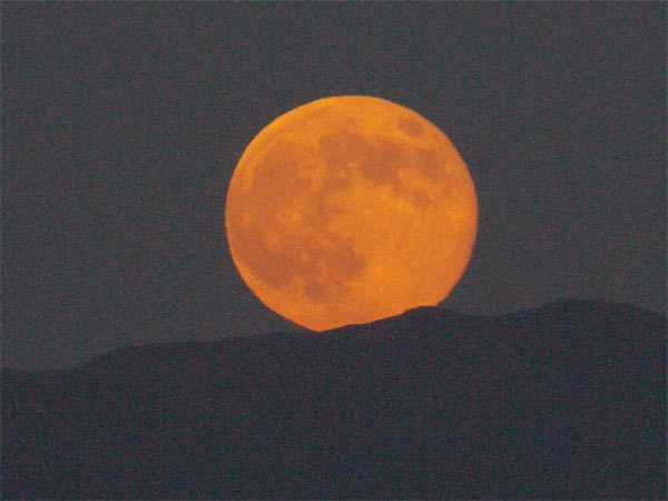 """<div class=""""meta image-caption""""><div class=""""origin-logo origin-image """"><span></span></div><span class=""""caption-text"""">ABC7 viewer Patty Riguis shared this picture on Facebook of the 'supermoon' over Redlands, Calif., on Sunday, Aug. 10, 2014.  (Patty Riguis)</span></div>"""