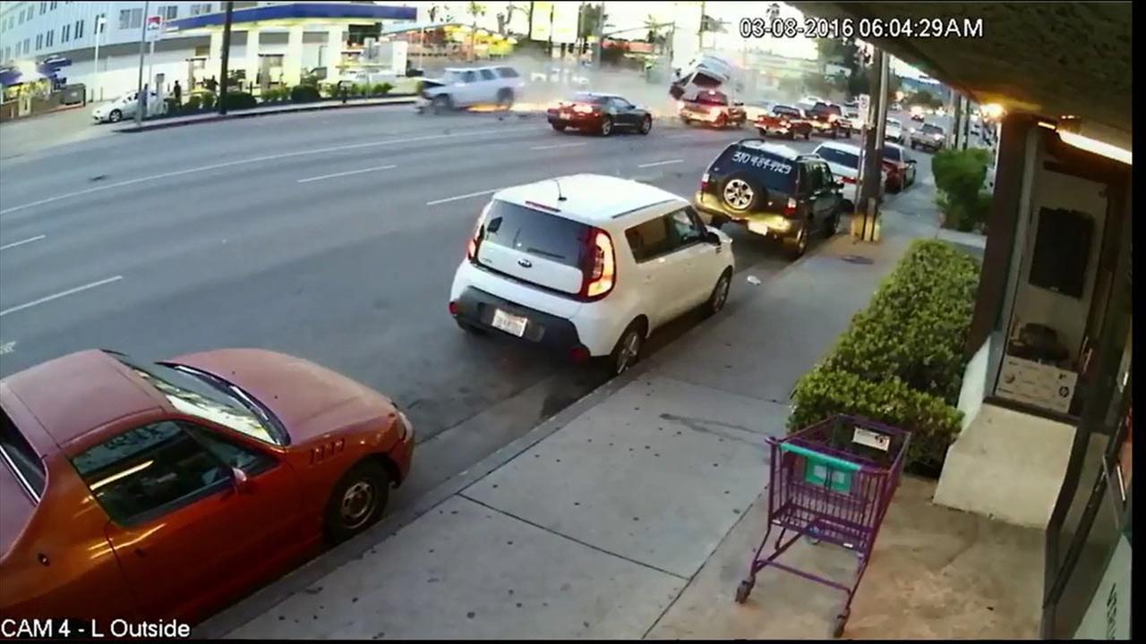 Dramatic multi-car crash in Van Nuys caught on video | abc7.com