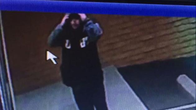 Video surveillance menunjukkan tersangka yang mencoba merampok sebuah toko seks San Bernardino sebelum ia menutupi wajahnya.