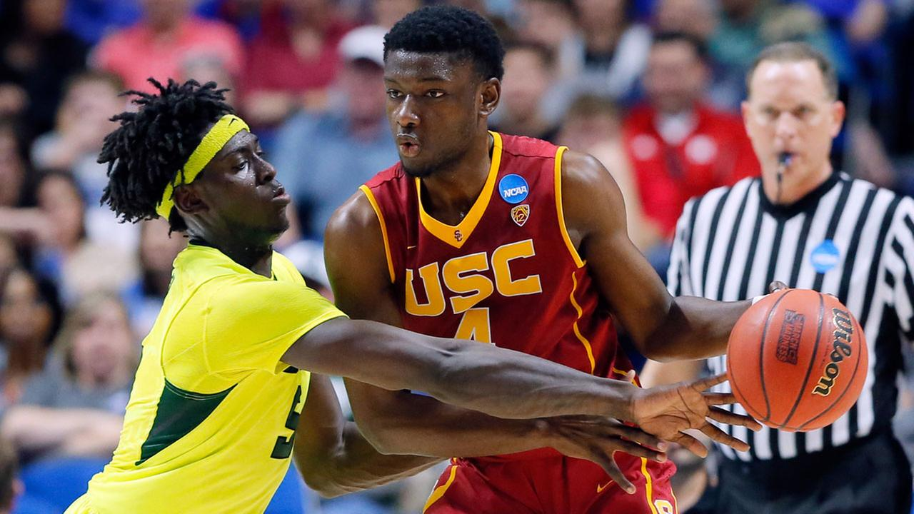 Baylor forward Johnathan Motley challenges Southern California Chimezie Metu for control of the ball in the second-round game in the mens NCAA college basketball tournament.