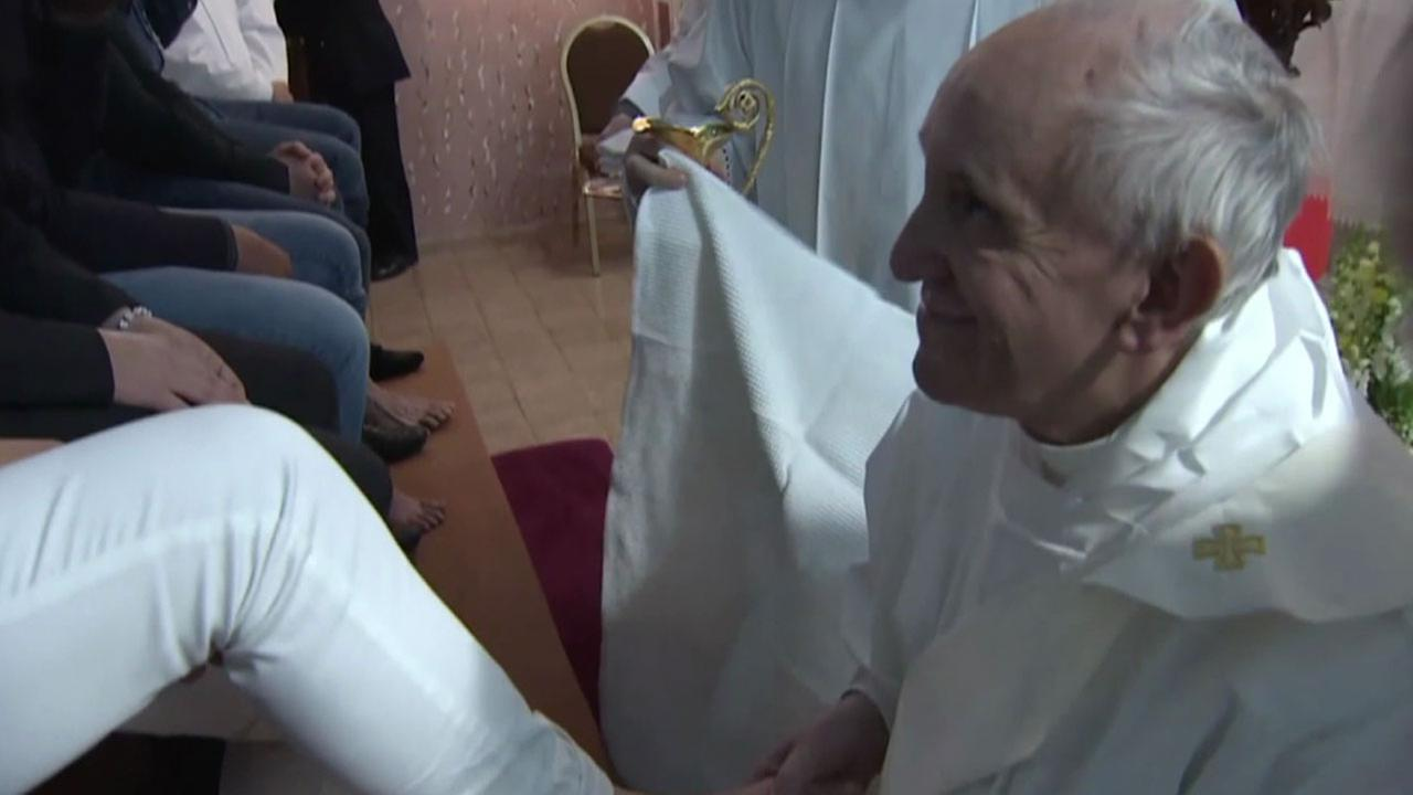 Pope Francis washes inmates' feet, urges them to serve each other in pre-Easter ritual