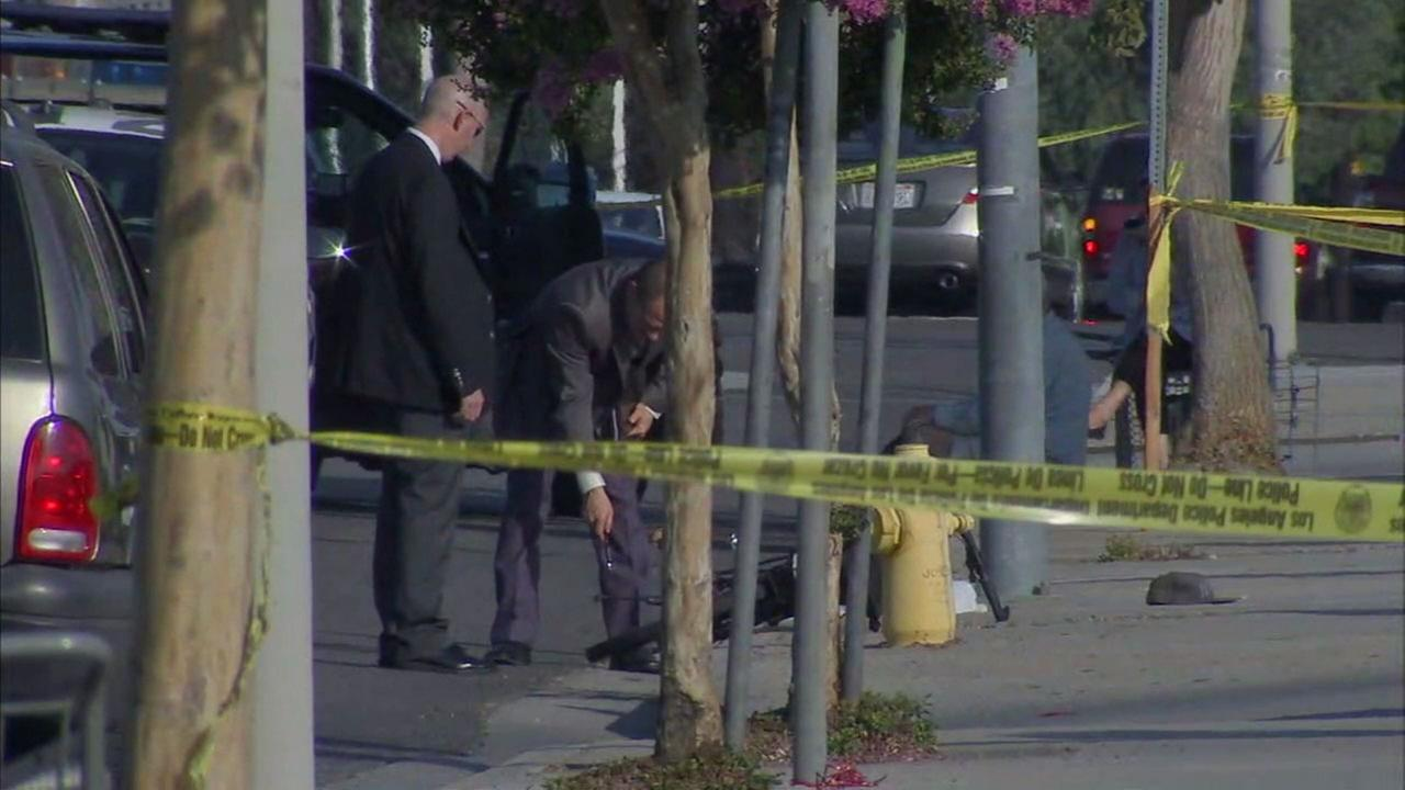 Detectives investigate the scene where a security guard was stabbed to death in Sylmar on Sunday, Aug. 6, 2017.