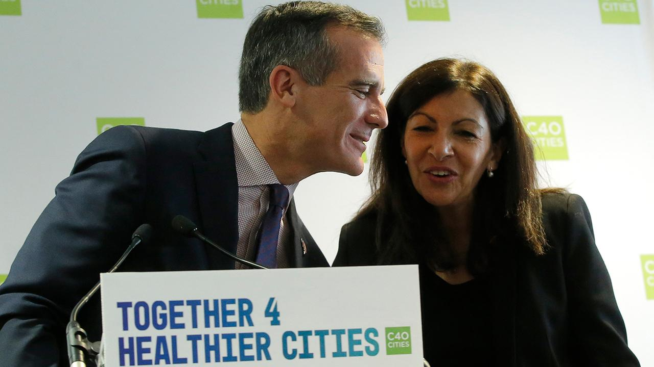 Loa Angeles mayor Eric Garcetti, left, and Paris mayor Anne Hidalgo attend mayors meeting in Paris, Monday Oct.23, 2017.
