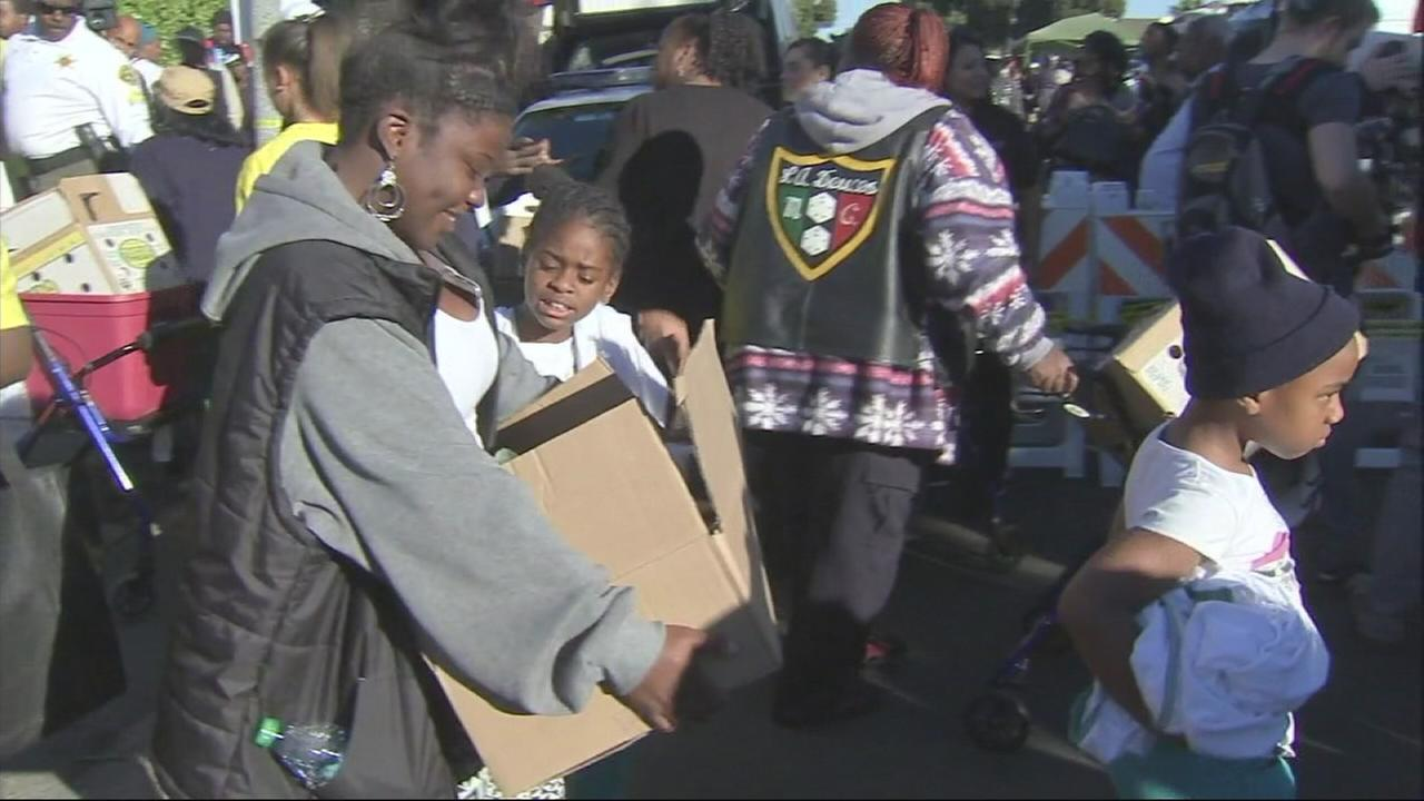 Hundreds of people woke up early on Tuesday and lined up in South Los Angeles for the 32nd annual turkey giveaway hosted by the E.J. Jackson Foundation.