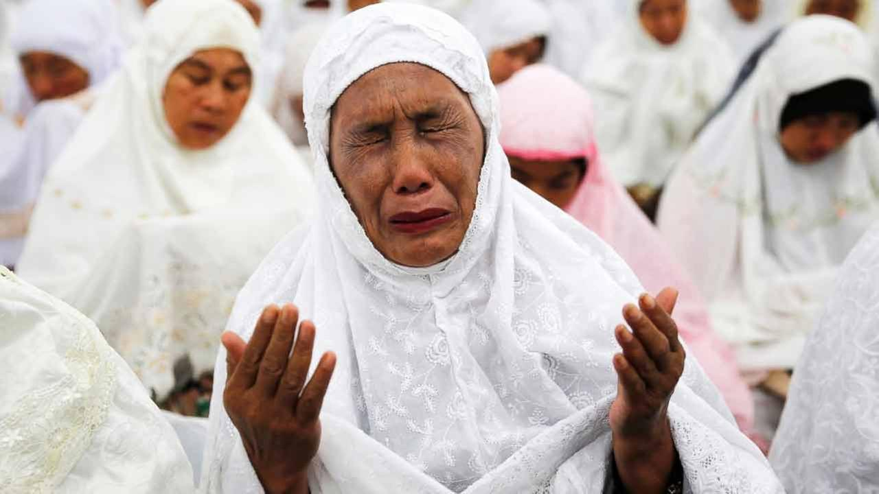 An Acehnese woman cries as she attends a mass prayer for the 2004 tsunami victims at Baiturrahman Grand Mosque in Banda Aceh, Indonesia, Dec. 25, 2014.