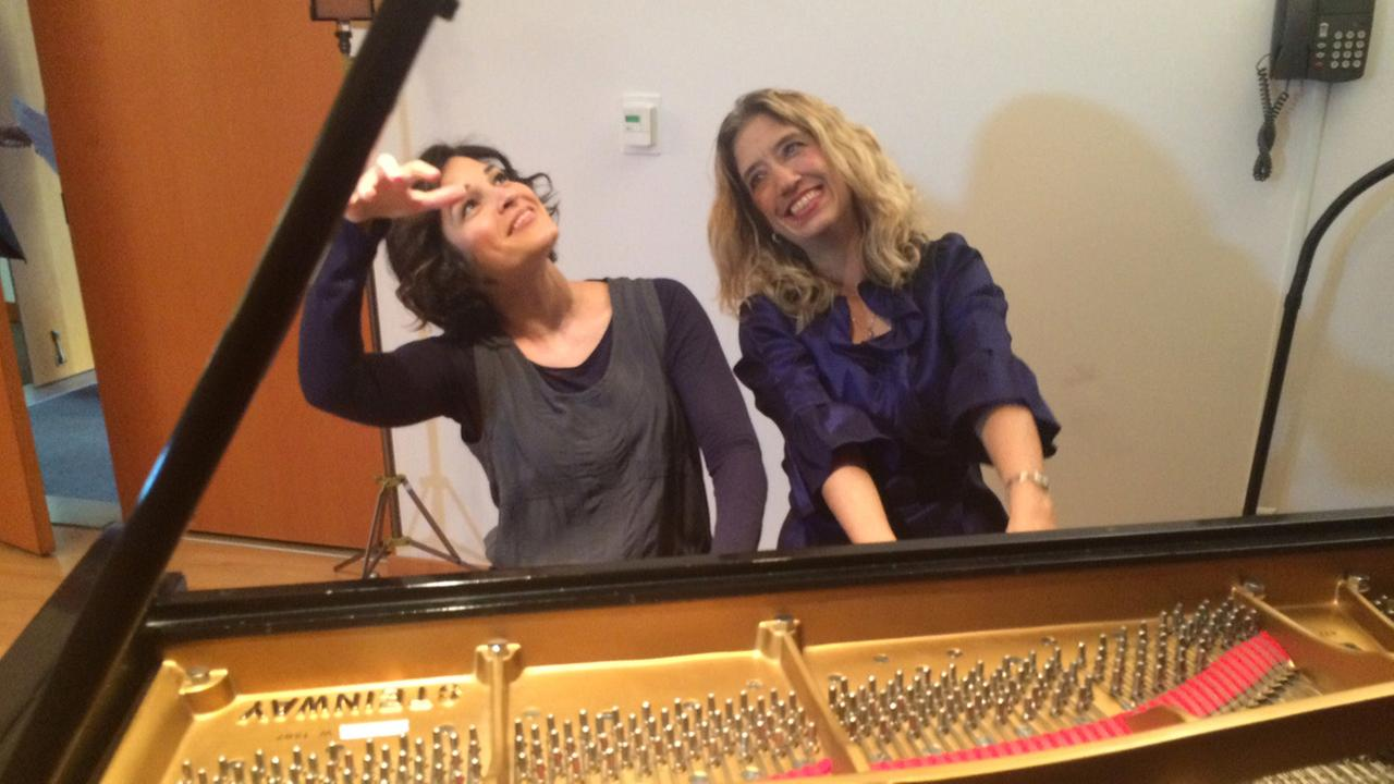 Eye on L.A. host Tina Malave gets a lesson on the piano.