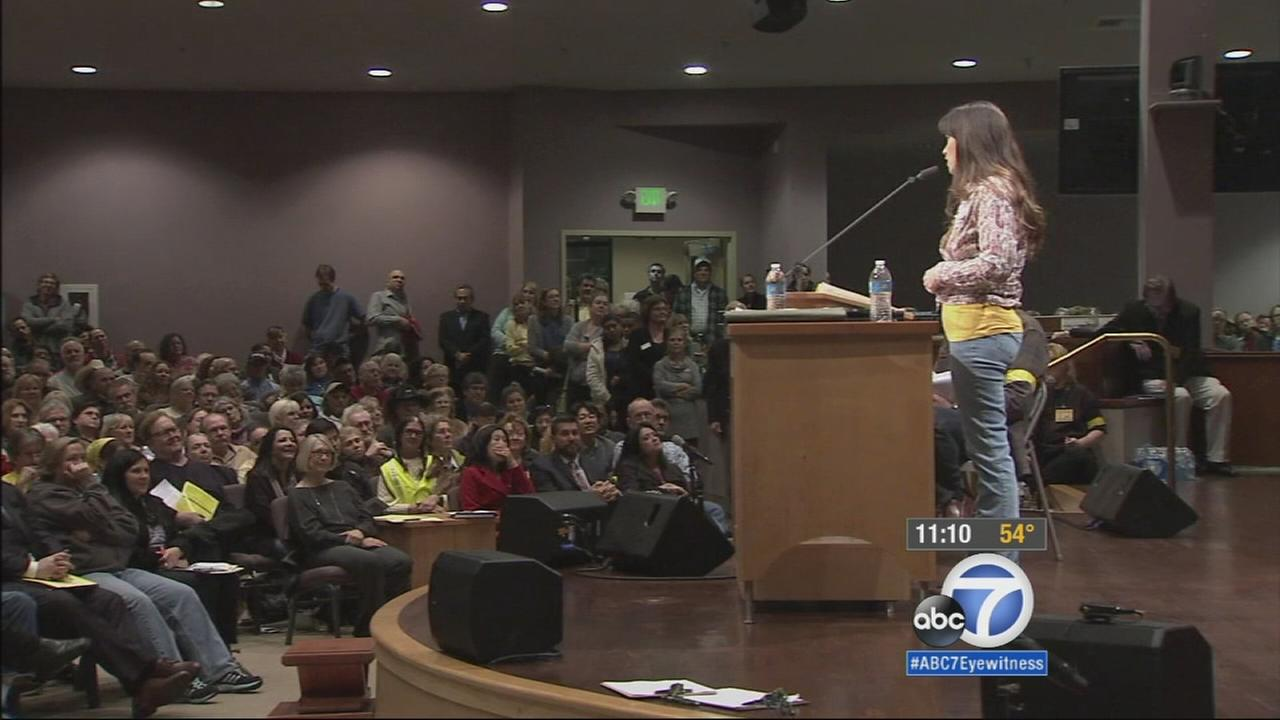 United in their opposition to build Californias high-speed rail line through the Angeles National Forest, residents packed a Lake View Terrace church to voice their concerns.