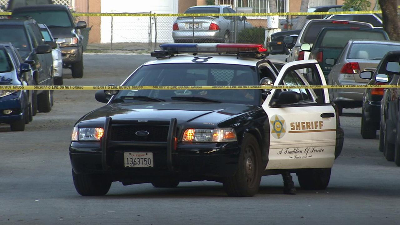 Los Angeles County sheriffs deputies investigate the fatal stabbing of a man in South El Monte on Sunday, March 29, 2015.