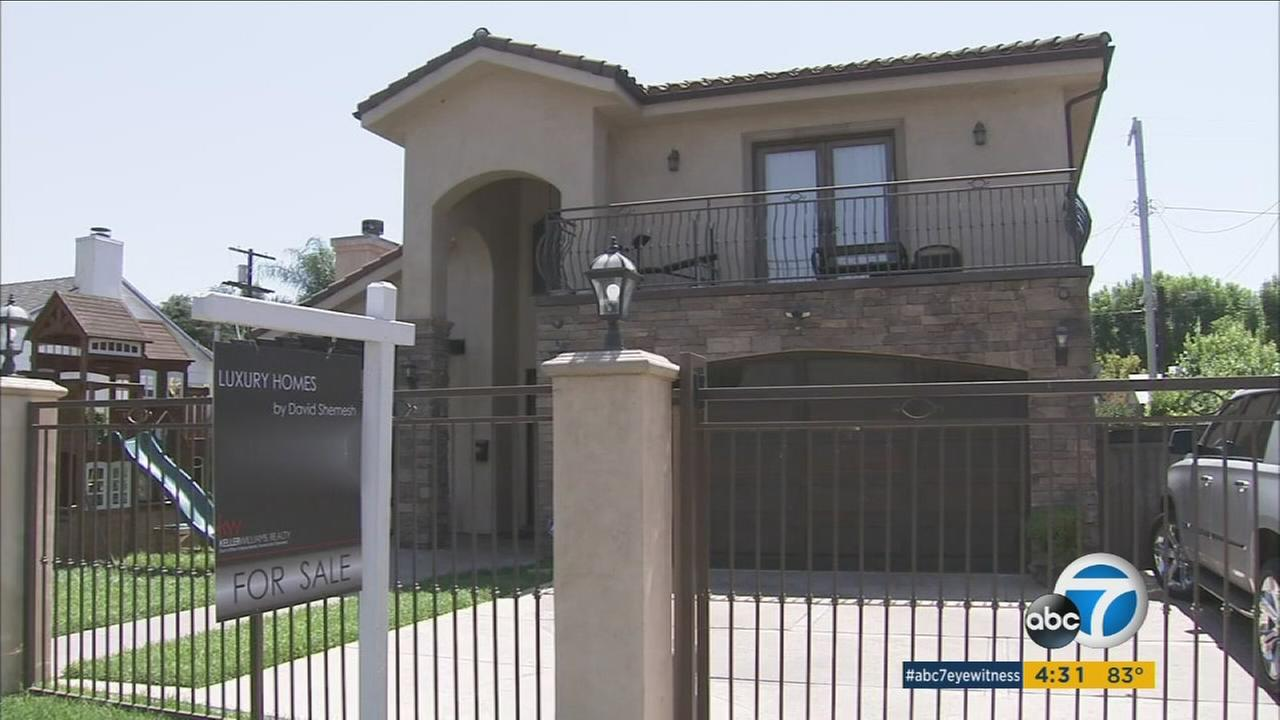 An open house to sell a Sherman Oaks home opened the door to a set of thieves who made off with more than $150,000 of jewelry and watches.