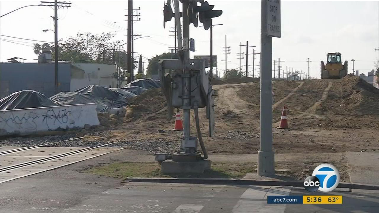A big pile of dirt in South Los Angeles connected to a light-rail project is triggering complaints from residents who say their homes are being coated with dust.