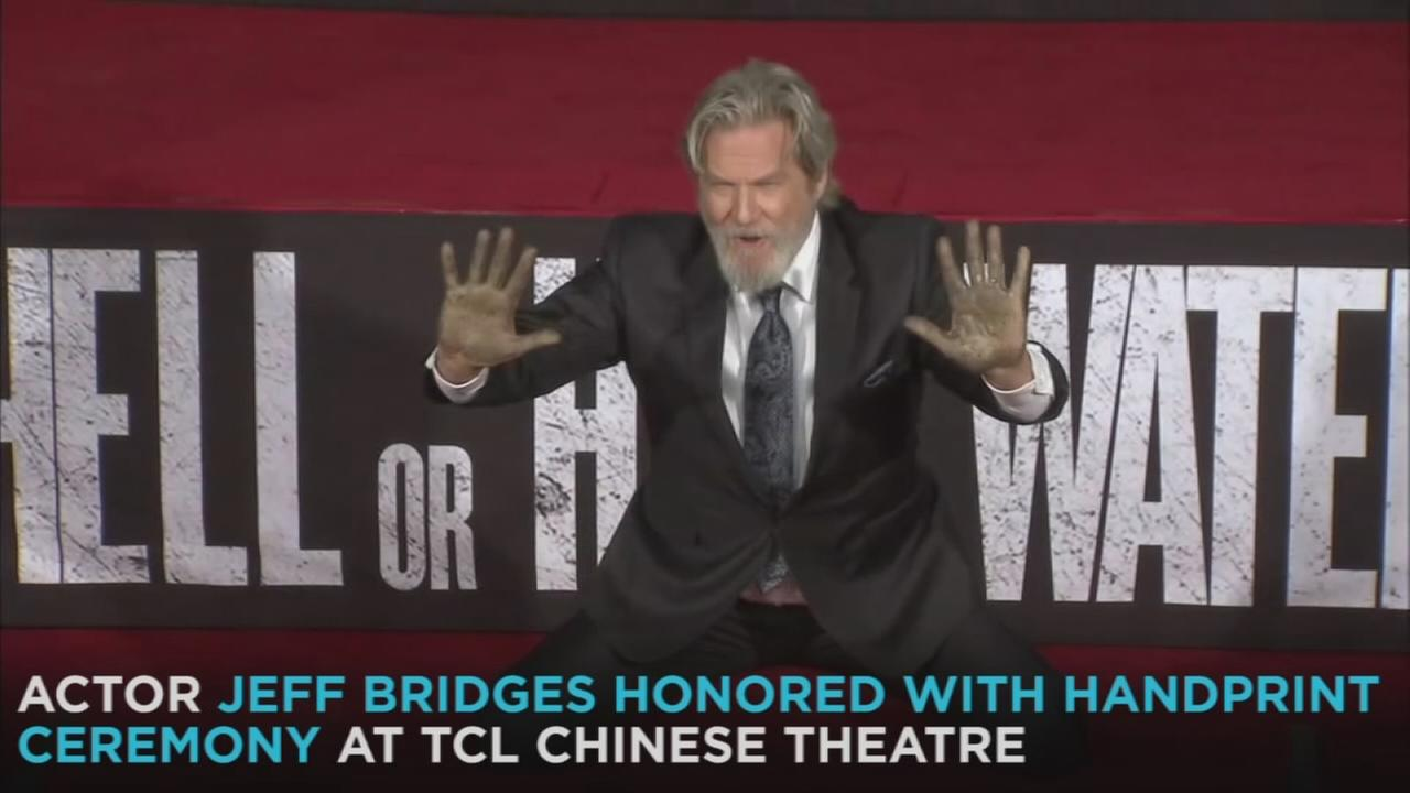 Actor Jeff Bridges has cemented his place in Hollywood history after being honored during a handprint ceremony at the TCL Chinese Theatre.