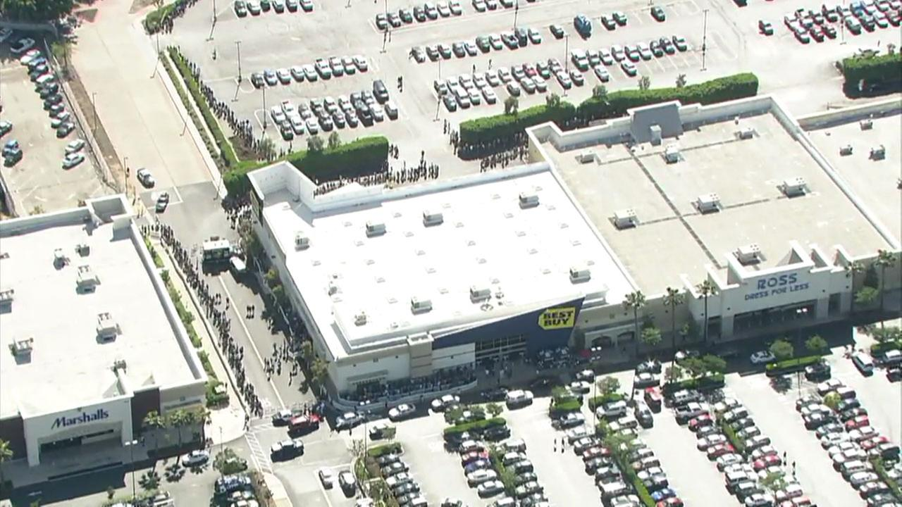 Thousands swarm Compton Best Buy to meet rapper Kendrick Lamar