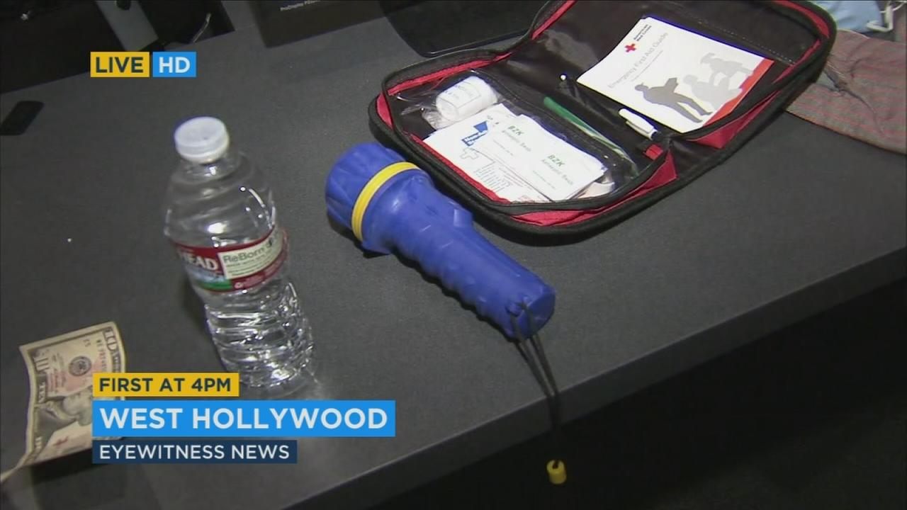 Some items that should be part of an earthquake emergency kit are shown.