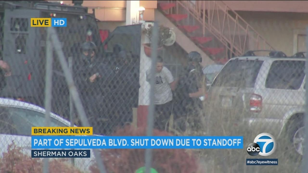 Armed robbery suspect surrenders after hours-long barricade in Sherman Oaks motel   abc7.com