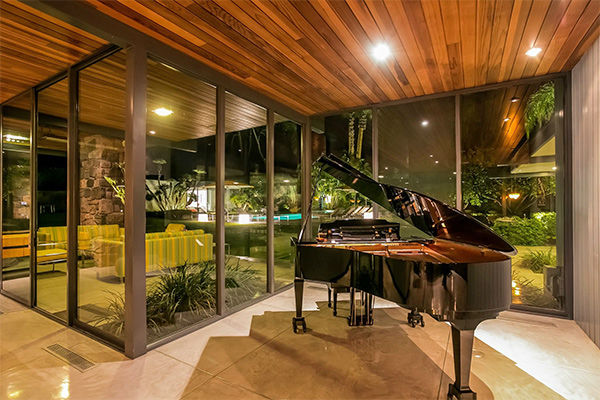 <div class='meta'><div class='origin-logo' data-origin='none'></div><span class='caption-text' data-credit='KABC Photo/ Facebook / Dinah Shore Palm Springs Estate'>Living room with piano</span></div>