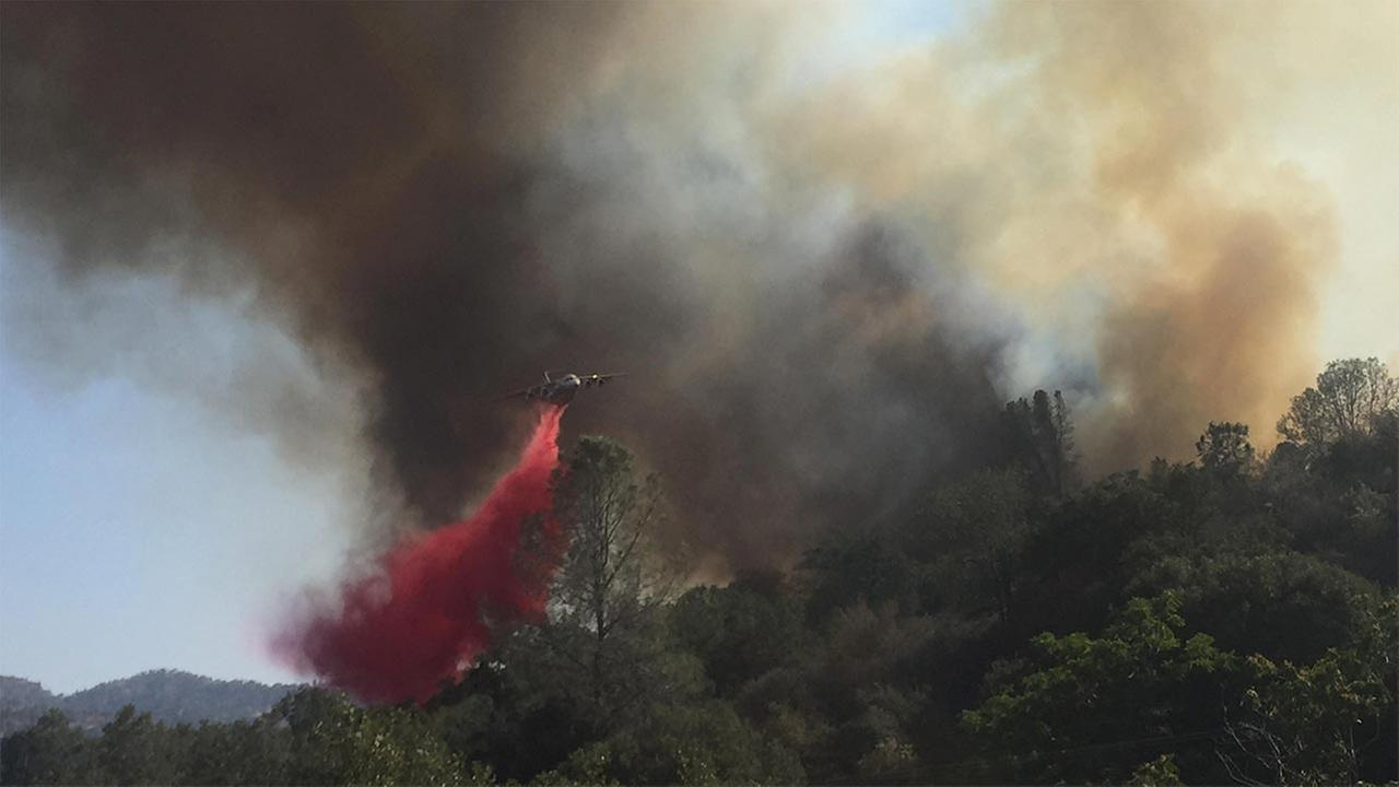Air support makes retardant drop on the Havila Fire during