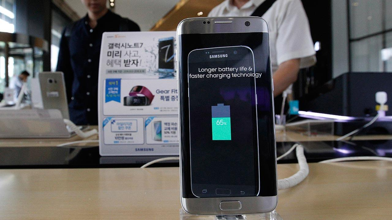 A Samsung Electronics Galaxy Note 7 smartphone is displayed at the headquarters of South Korean mobile carrier KT in Seoul, South Korea, Friday, Sept. 2, 2016.