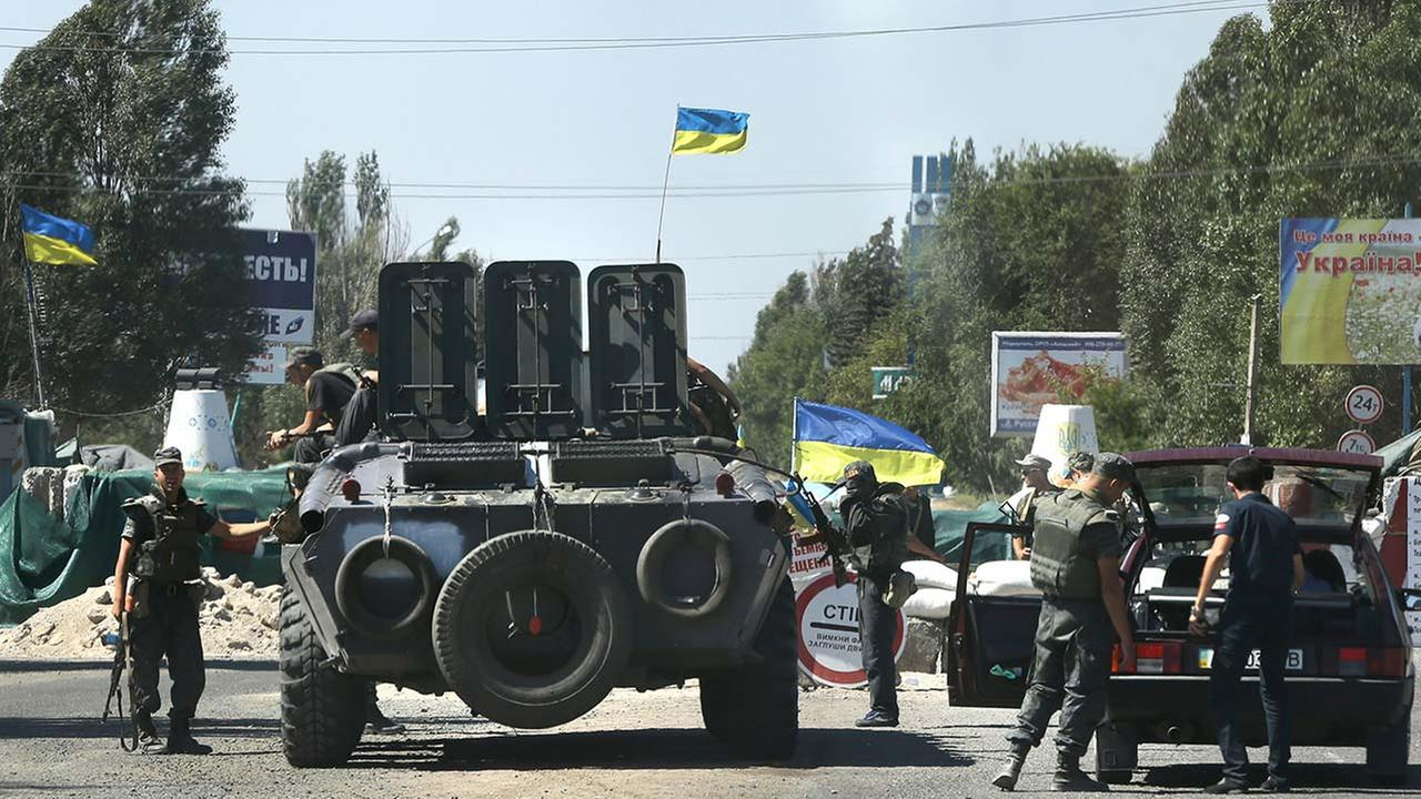 Ukrainian soldiers secure a checkpoint in the town of Mariupol, eastern Ukraine, Wednesday, Aug. 27, 2014.