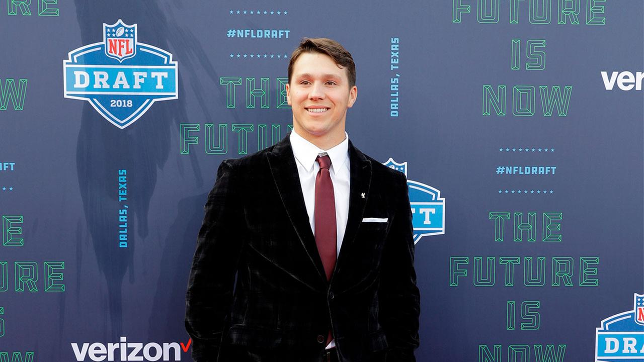 Firebaughs Josh Allen greets a fan as he poses for photos on the red carpet before the first round of the NFL football draft, Thursday, April 26, 2018, in Arlington, Texas.