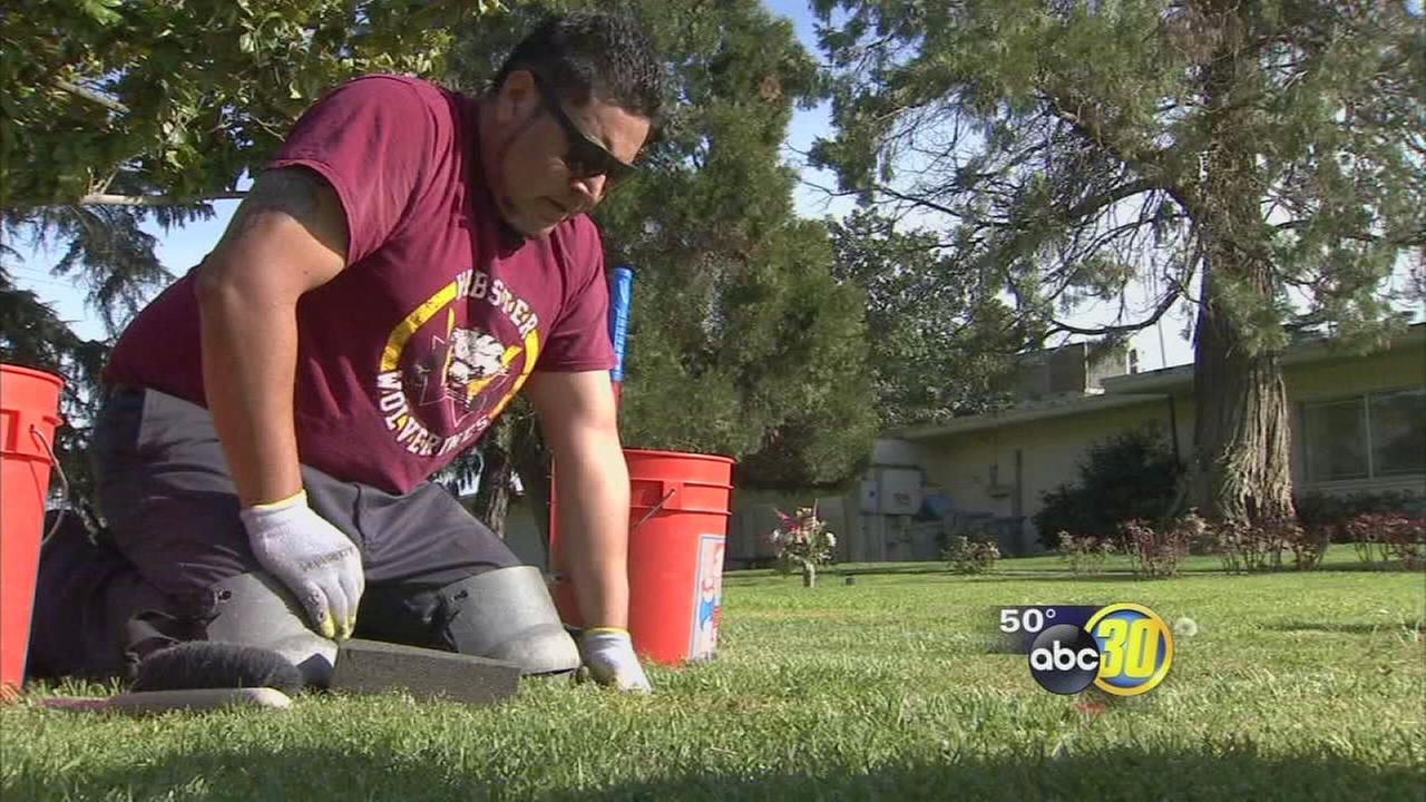 Man inspired by internet challenge to give back to Valley veterans by cleaning headstones