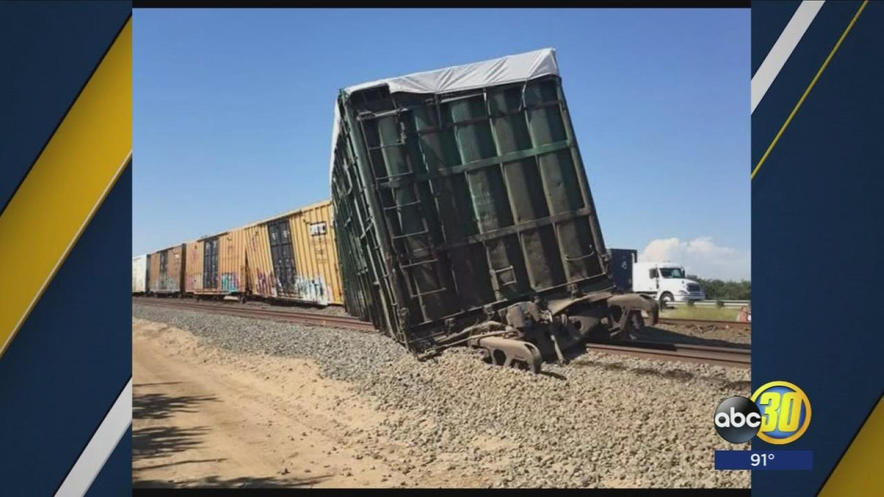 Train derails near Earlimart, causes traffic jam